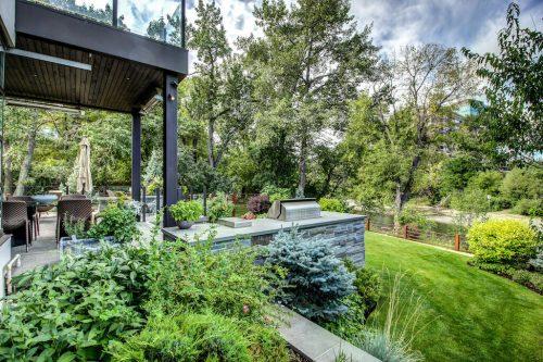 backyard-lush-landscaping-mature-trees-deck-2605-Erlton-Street-SW-Calgary-Real-Estate-Homes-For-Sale-Realtor-Plintz-Luxury-Custom
