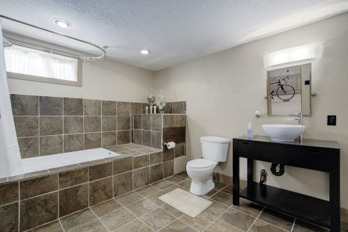 bathroom-soaker-tub-1320-87-Avenue-SW-Haysboro-Bungalow-For-Sale-Plintz-Real-Estate-Calgary-Realtor