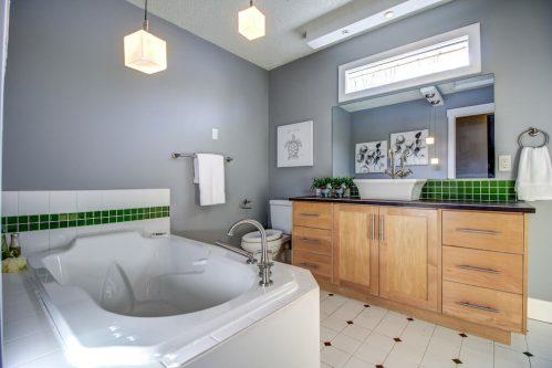 Jetted-corner-tub-bathroom-2503-16-Street-SW-Bankview-Calgary-Real-Estate-Homes-For-Sale-Plintz-Realtor-Dennis-Inner-City