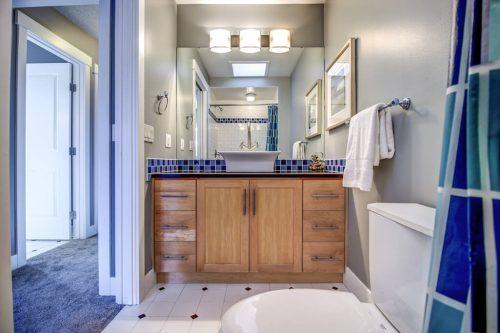 bathroom-2503-16-Street-SW-Bankview-Calgary-Real-Estate-Homes-For-Sale-Plintz-Realtor-Dennis-Inner-City
