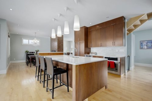 Kitchen-island-stools-quartz-countertops-open-concept-hardwood-floors-3119-Kilkenny-Drive-SW-Killarney-Calgary-Real-Estate-Homes-For-Sale-Plintz-Realtor-Dennis