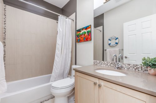 four-piece-bathroom-47-28-Avenue-SW-Erlton-Calgary-Home-For-Sale-Plintz-Real-Estate-House-realtor-realty